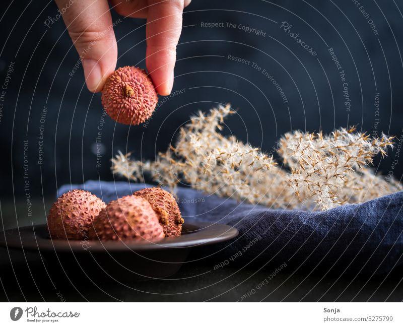 Hand mit Litschi im rustikalen Stil Lebensmittel Frucht Lychee Ernährung Bioprodukte Vegetarische Ernährung Diät Fasten Asiatische Küche Schalen & Schüsseln