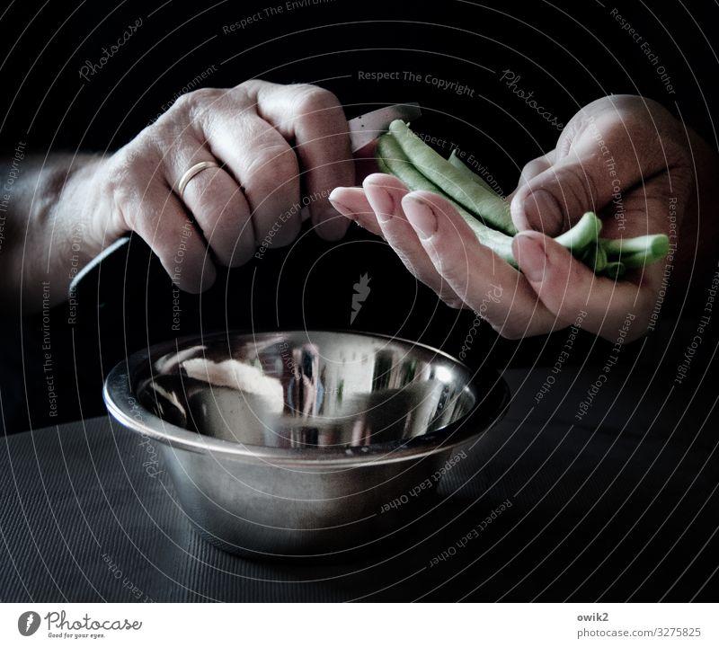 Eigene Ernte Hand Finger Bohnen Messer geschnitten Schalen & Schüsseln Metall Kunststoff Arbeit & Erwerbstätigkeit Lebensmittel Essen zubereiten Gemüse lecker