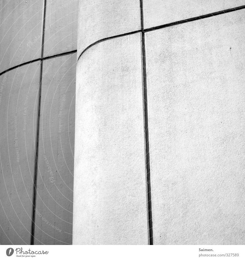 O...o Haus Wand Mauer Linie Fassade dreckig Ecke rund Christliches Kreuz Schwarzweißfoto