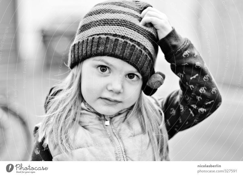 Montags Portrait 71 - Die kleine Süße Garten Mensch Mütze blond langhaarig natürlich Schwarzweißfoto Außenaufnahme Schwache Tiefenschärfe Porträt Blick