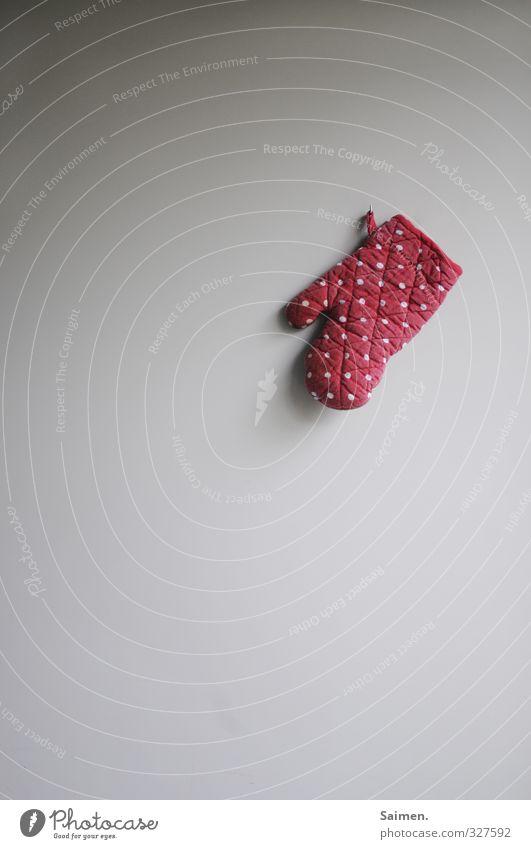 gepunktetes küchenstilleben Handschuhe hängen Punkt Küche Wand rot Licht Nagel Gedeckte Farben