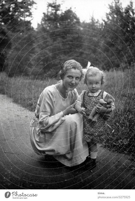Mama, Eva und der Teddy feminin Kind Frau Erwachsene Mutter Kindheit 2 Mensch Park Wiese Wald Wege & Pfade Kleid Haarschleifen brünett Locken Spielzeug Teddybär