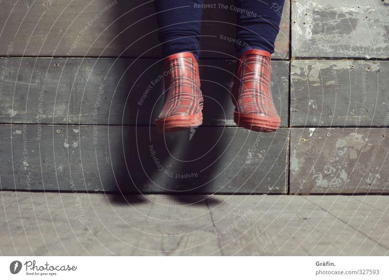 Wilhelmsburg / Auf der Mauer auf der Lauer... feminin Beine Fuß 1 Mensch Gummistiefel sitzen blau braun rot Gelassenheit ruhig Pause baumeln Erholung Farbfoto