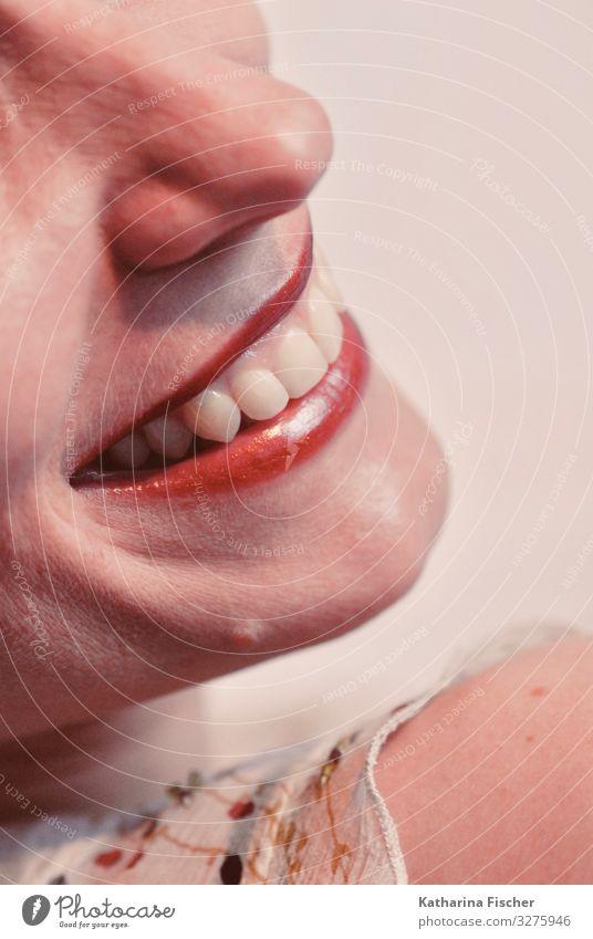 Lächeln Frau Mensch schön weiß rot Erwachsene feminin Gefühle Glück rosa Zufriedenheit Fröhlichkeit Lebensfreude Mund Nase