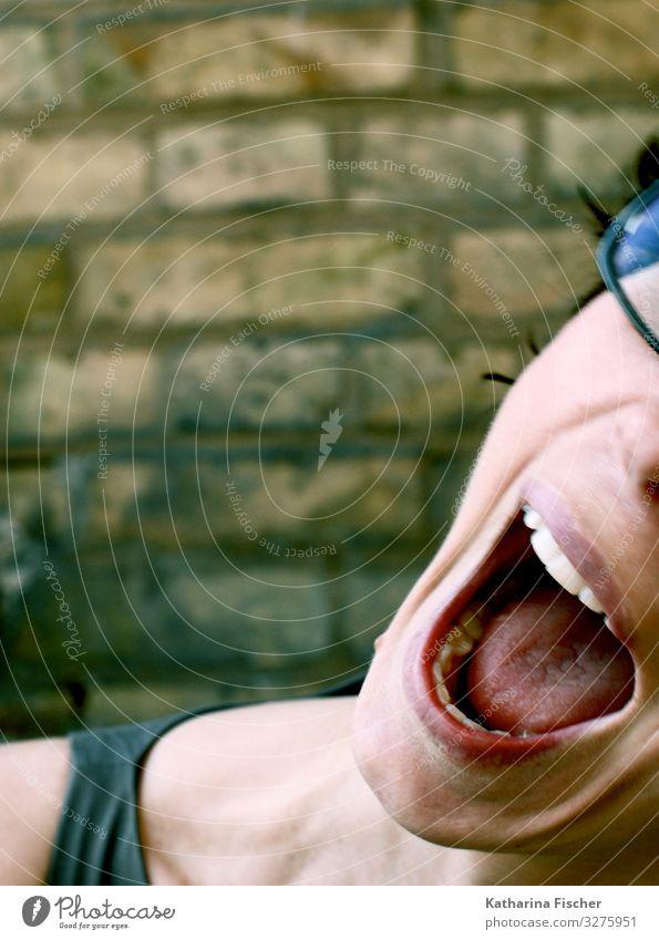 La la laaaa laaaaaaa feminin 1 Mensch Lächeln schreien sportlich Fröhlichkeit schön braun grau rot schwarz weiß Zähne Mund Porträt Wand Mauer Backstein Kinn