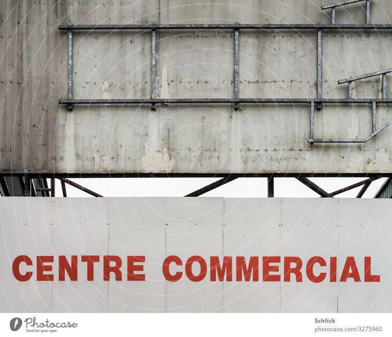 Centre commercial decroissance kaufen Supermarkt Einkaufszentrum Mauer Wand Reklame dreckig grau rot weiß Handel Krise Konkurs Beton Text centre commercial