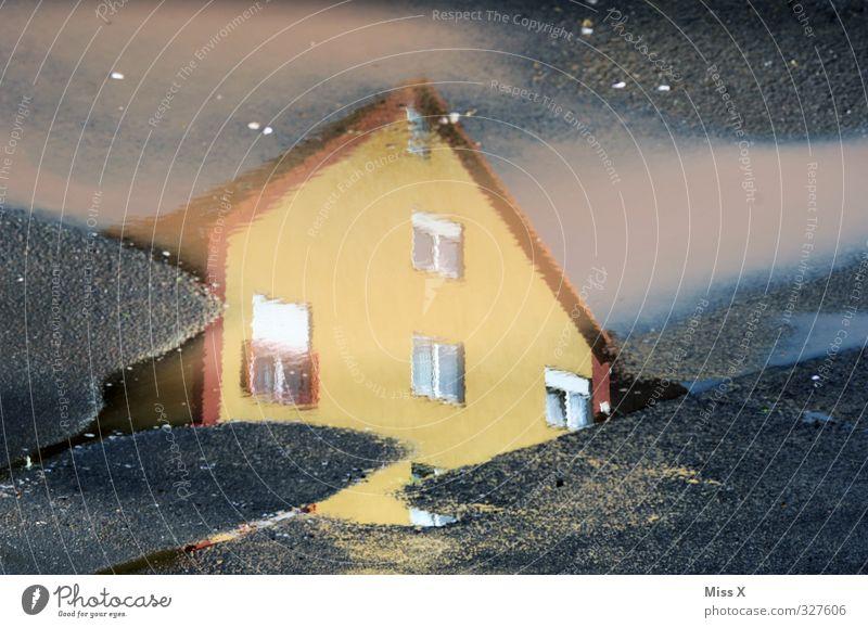 Haus Wasser Fenster nass Pfütze Reflexion & Spiegelung Straße Unwetter Farbfoto mehrfarbig Außenaufnahme Nahaufnahme Menschenleer Sonnenlicht