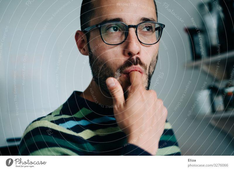 Leckerschmecker Mensch Jugendliche Mann Junger Mann 18-30 Jahre Erwachsene maskulin nachdenklich genießen Finger Mund Brille lecker Süßwaren Versuch lutschen