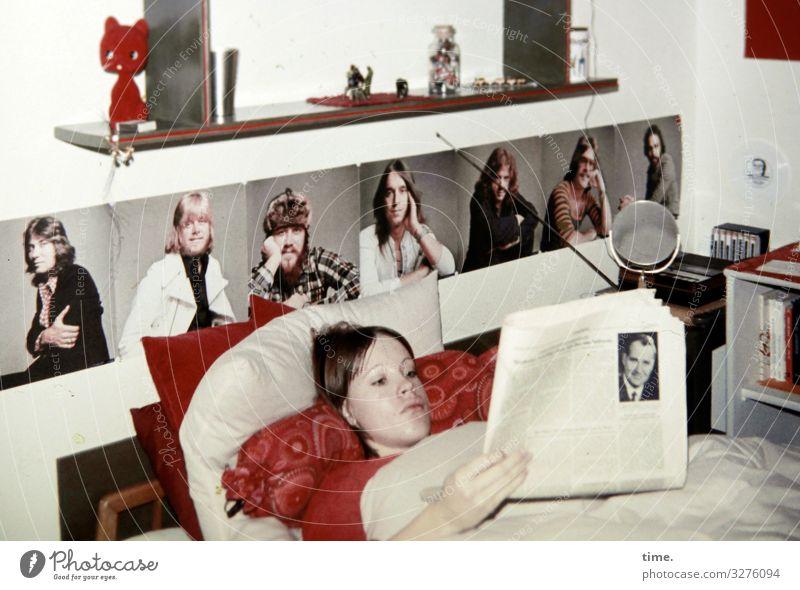 Jugendbude Häusliches Leben Wohnung Innenarchitektur Dekoration & Verzierung Bett Schlafzimmer Kissen Zeitung maskulin feminin Junge Frau Jugendliche 1 Mensch