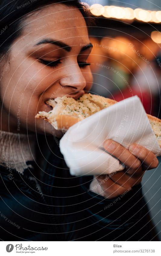 Leckerschmecker feminin Junge Frau Jugendliche Erwachsene 18-30 Jahre Essen genießen knoblauchbrot Weihnachtsmarkt Appetit & Hunger lecker herzhaft Imbiss Snack