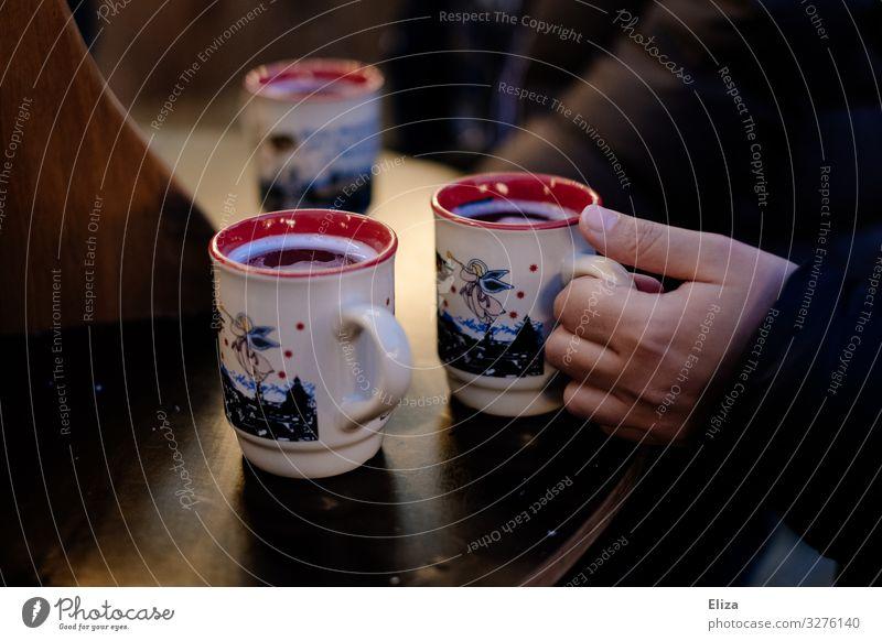 drei sind besser als einer trinken Heißgetränk Alkohol Glühwein Tasse Winter Weihnachten & Advent Hand 3 Mensch Wärme lecker rot Warmherzigkeit Weihnachtsmarkt