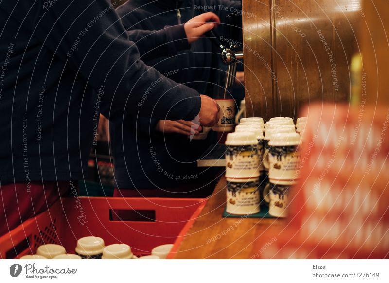 Die Quelle Glühwein Hand Arbeit & Erwerbstätigkeit Weihnachtsmarkt zapfen Ausschenken Tasse Buden u. Stände Winter Weihnachten & Advent Wärme lecker