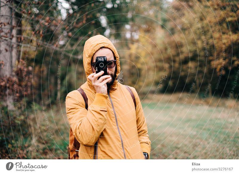 vis-à-vis maskulin 18-30 Jahre Jugendliche Erwachsene 30-45 Jahre Freizeit & Hobby Natur Fotograf Wald Fotokamera Fotografieren gelb Herbst analog Farbfoto