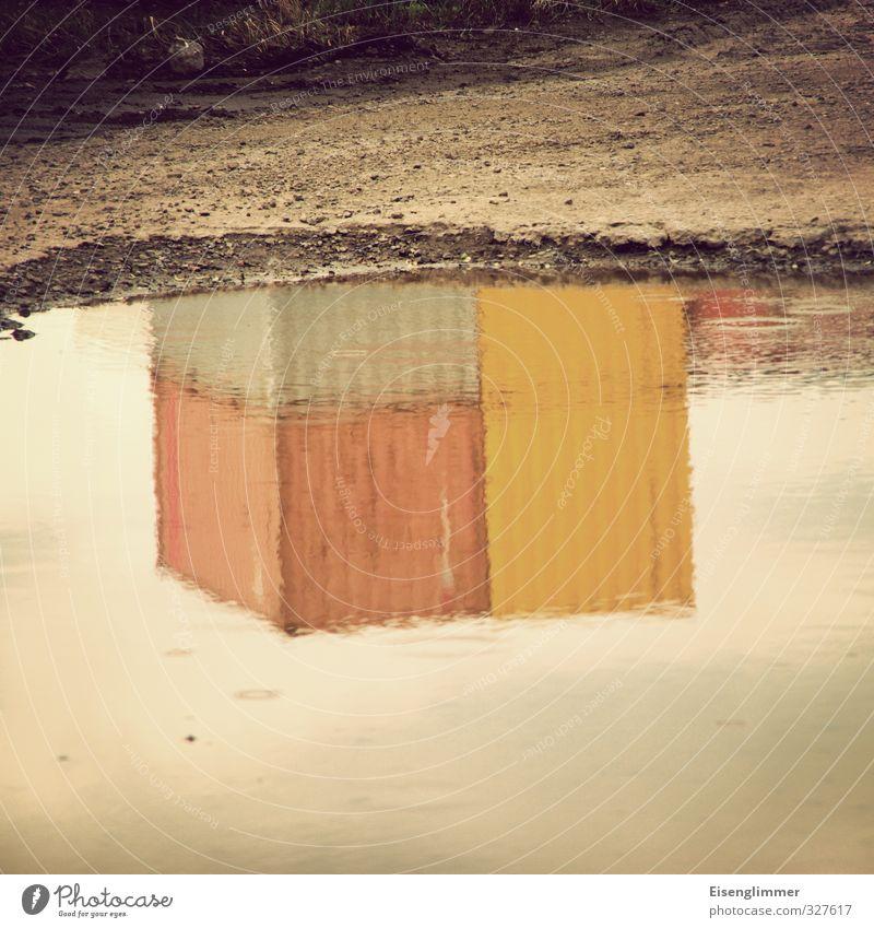 WILHELMSBURG/Container II Hafen nass Pfütze Güterverkehr & Logistik Spiegelbild Lagerplatz Farbfoto Gedeckte Farben Außenaufnahme abstrakt Menschenleer
