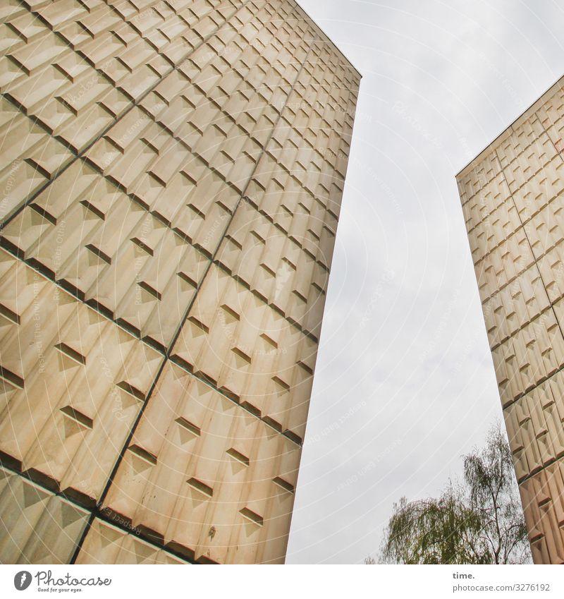 zwischen allen Mauern | verloren Skulptur Architektur Himmel Wolken Baum Halle (Saale) Haus Hochhaus Bauwerk Wand Fassade Stein Beton bedrohlich gruselig hoch