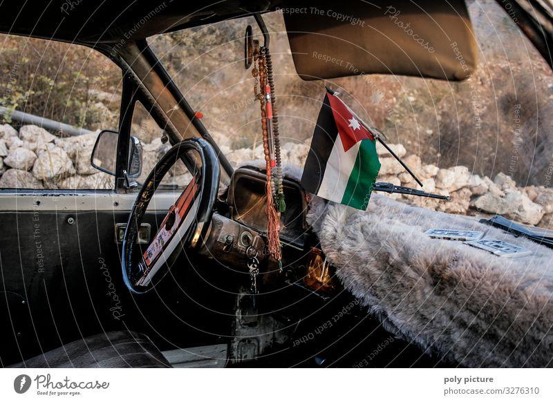 Innenraum altes Taxi in Jordanien, mit jordanischer Flagge an der Windschutzscheibe Ferien & Urlaub & Reisen Tourismus Ausflug Abenteuer Ferne Sightseeing
