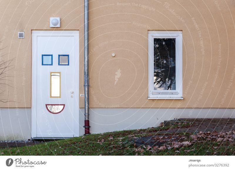 Lachende Tür lachen Willkommen zuhause Fassade Smiley Geborgenheit Familienglück Fenster wohnen Freude einladend Freundlichkeit Haustür positiv zuversicht