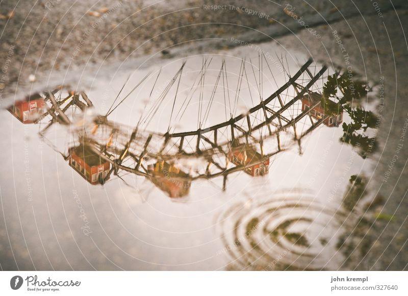 Wasserrad schlechtes Wetter Pfütze Wien Österreich Hauptstadt Bauwerk Sehenswürdigkeit Wahrzeichen Riesenrad Prater drehen historisch nass braun rot Romantik