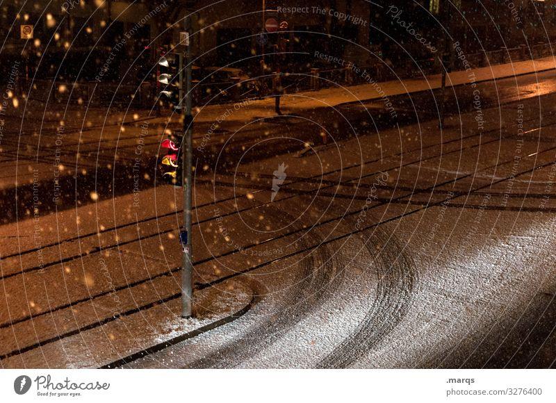 Winternacht Schnee Schneefall Verkehr Verkehrswege Straße Ampel Reifenspuren dunkel Stimmung Einsamkeit Wege & Pfade Farbfoto Außenaufnahme Menschenleer