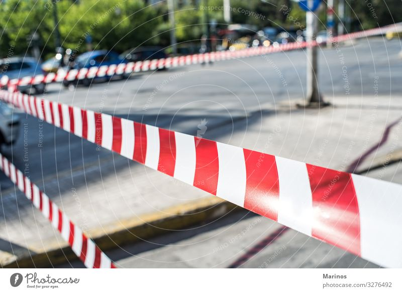 Polizei sperrt den Straßenverkehr Band Verkehr Linie Schnur rot weiß Sicherheit Geborgenheit Vorsicht Desaster Musikkassette Hintergrund Zeichen durchkreuzen