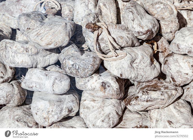 Wildschinken auf dem Markt angeboten Fleisch verkaufen lecker weiß Lebensmittel Schinken geheftet Detailaufnahme