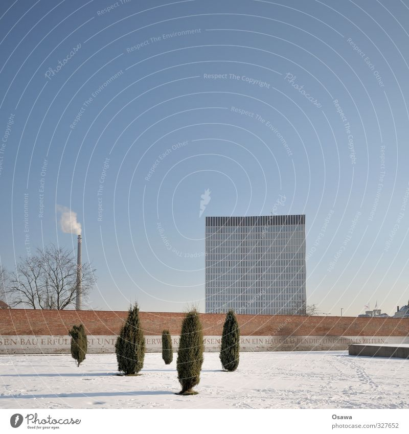 Endlich Sommer Berlin-Mitte Stadt Hauptstadt Menschenleer Haus Hochhaus Bauwerk Gebäude Architektur Fassade Schornstein blau grau weiß Bürogebäude Mauer Park