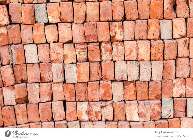 Stapel neuer Ziegel auf der Baustelle Felsen Architektur Stein Rost Backstein alt stark braun grau rot Hintergrund Hintergründe Klotz Baustein gebrochen
