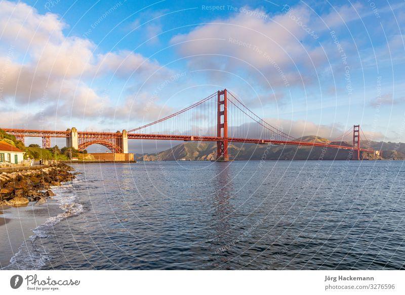Blick auf die Golden Gate Bridge entlang der Küstenlinie in San Francisco Ferien & Urlaub & Reisen Tourismus Meer Natur Himmel Skyline Brücke Denkmal Metall