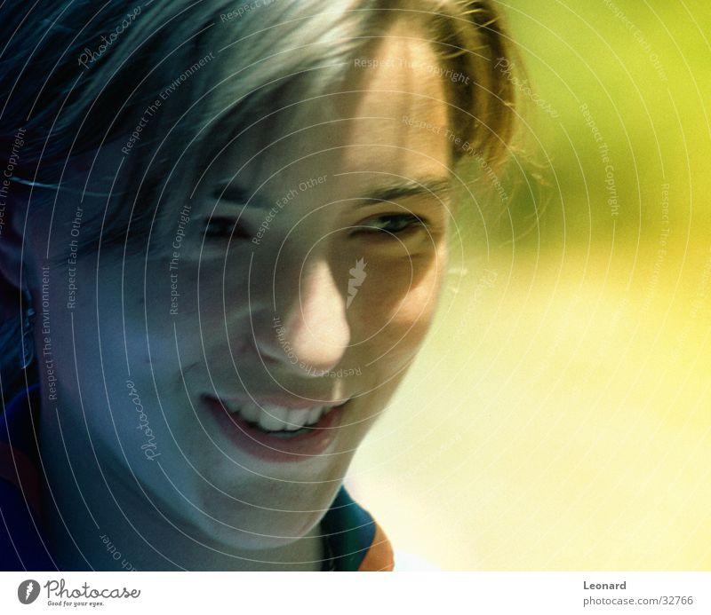Lächeln Frau grinsen Mensch lachen Gesicht Sonne Schatten woman color shade