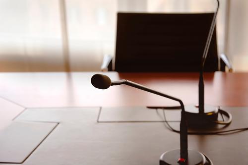Mikrofon auf einem Holztisch Stuhl Tisch Club Disco Publikum Erwachsenenbildung Büro Business Sitzung sprechen Medien Platz Kommunizieren planen Termin & Datum