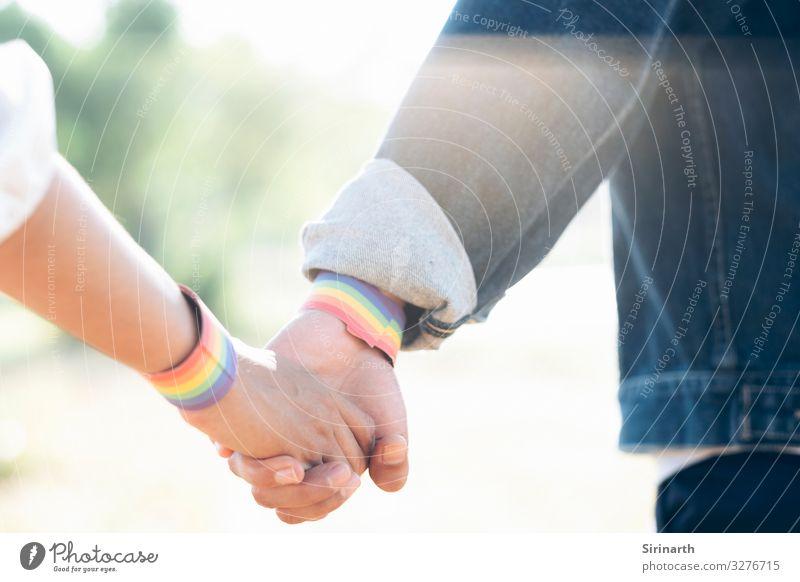 Ein Paar LGBT, die sich beim Spaziergang im Park an den Händen halten. Homosexualität Familie & Verwandtschaft Liebe lgbt Geschlecht bisexuell Transgender