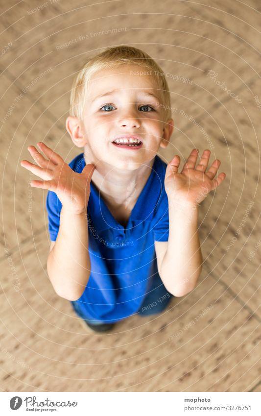 Kleiner Junge hebt abwehrend die Hände Kleinkind abwarten angst arme augen bittend blick blick in die Kamera boden gesicht gewalt heben hebt hände junge knien