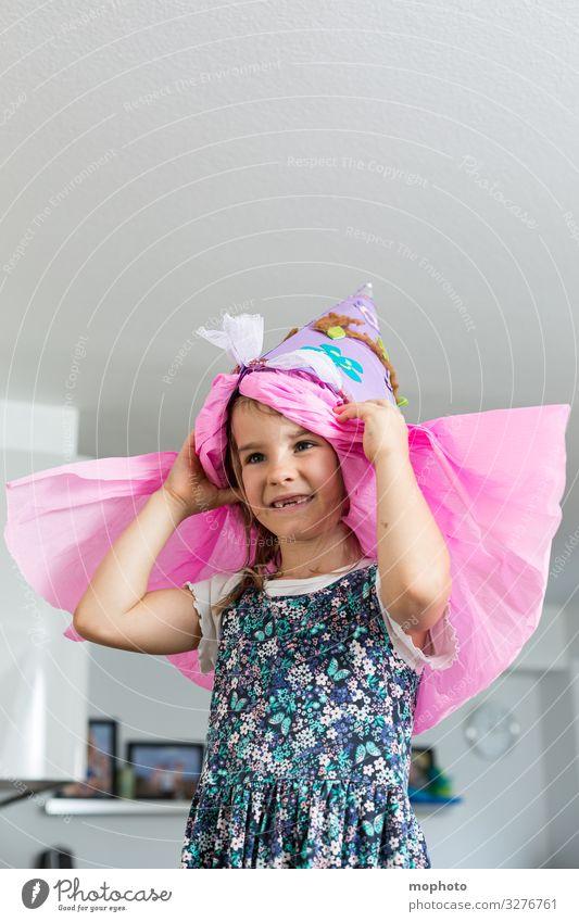 Mädchen mit Schultüte auf dem Kopf Einschulung Erstklässer Feier Schulanfang Schulanfänger Schulbeginn Schule Schulkind Tüte erste klasse erster Schultag freude