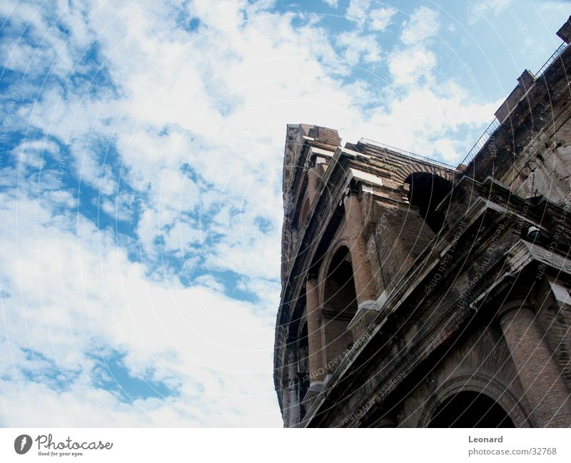 Kolosseum Himmel Wolken Stein Gebäude Italien Denkmal historisch Rom Spalte