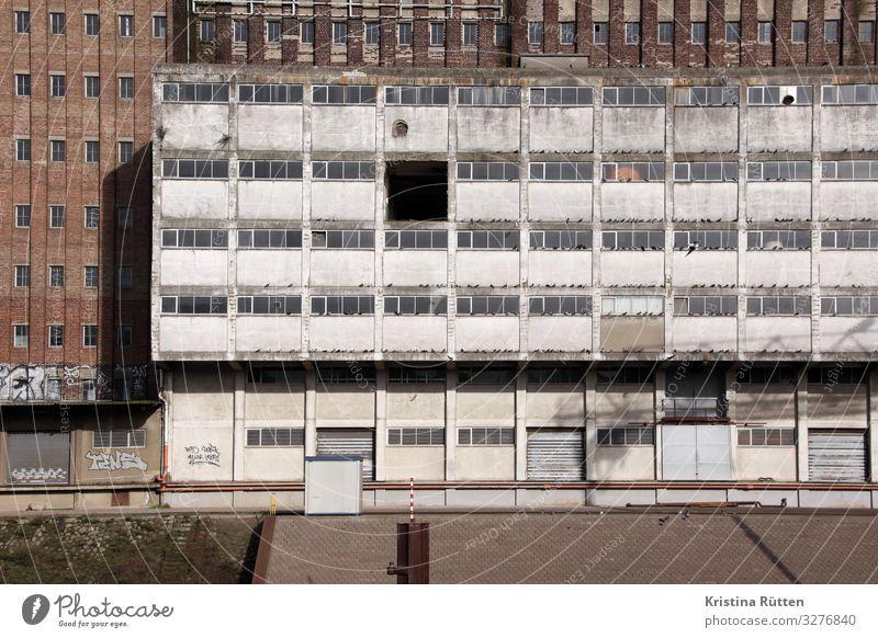 fassade mit etagenöffnung Hafenstadt Industrieanlage Fabrik Gebäude Architektur Fassade alt industriell Hafengegend Hafengelände Loch Etage Bruchstelle Einblick