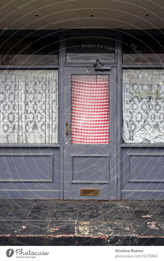 take avail Restaurant Architektur Fenster Tür retro Stadt Vergangenheit geschlossen Unbewohnt Eingang Gardine kariert Insolvenz Gedeckte Farben Außenaufnahme