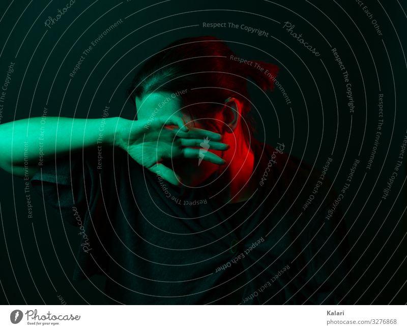 Isolierte Frau versteckt ihr Gesicht hinter der Hand frau Einsamkeit depressiv allein hand verbergen isolation emotion schwarz leiden experimentell ausdruck rot