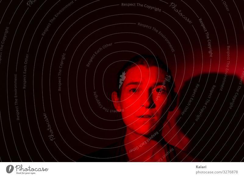 Rotlicht Gesicht Mensch feminin Frau Erwachsene Kopf 1 18-30 Jahre Jugendliche Theaterschauspiel Schauspieler brünett Zopf bedrohlich dunkel heiß einzigartig