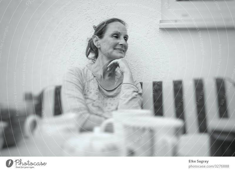 .. Beim Nachmittags Kaffee Mensch Frau Erwachsene 1 30-45 Jahre beobachten Erholung hören sitzen authentisch feminin Optimismus Vertrauen Sympathie Zusammensein