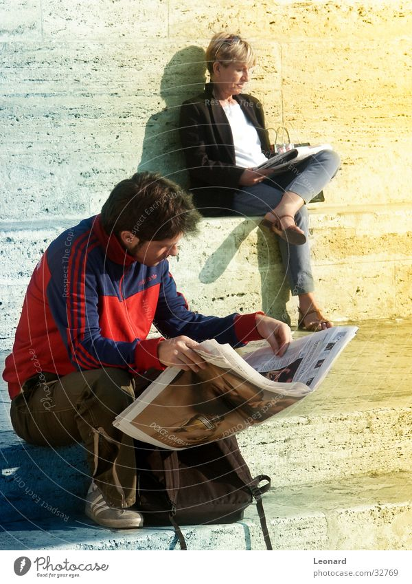 Lesezeitung Mann Frau Printmedien Leser lesen Zeitschrift Sitzgelegenheit Teich Pause ruhig Zeitung Mensch Sonne Leiter Treppe sitzen Stuhl reading sun step man