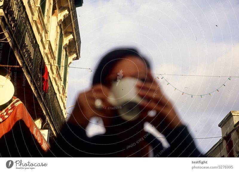 Kaffee trinken feminin Frau Erwachsene Gesicht 1 Mensch Stadt Altstadt Haus Fassade sitzen genießen Farbfoto Außenaufnahme Textfreiraum oben Unschärfe