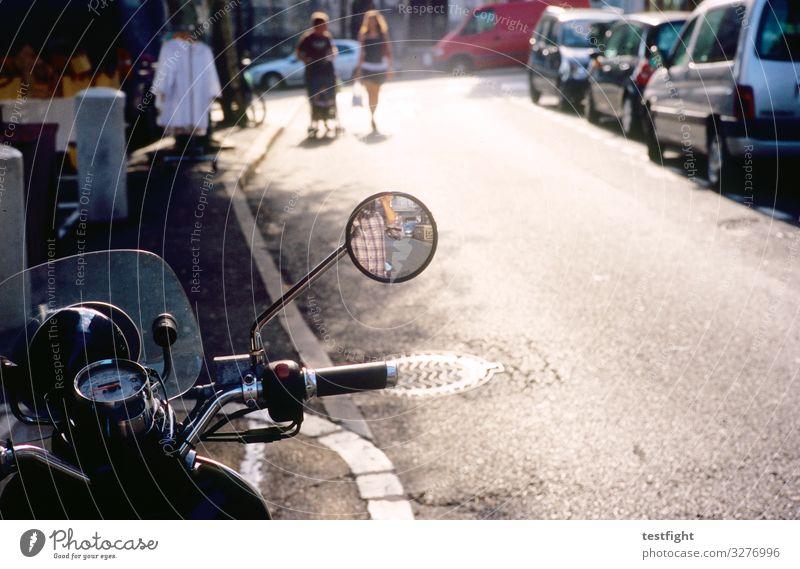 rückspiegel Ausflug Mensch Menschengruppe Kleinstadt Stadt bevölkert Verkehr Straße Wege & Pfade Fahrzeug PKW Motorrad gehen laufen Spiegel Rückspiegel Teer