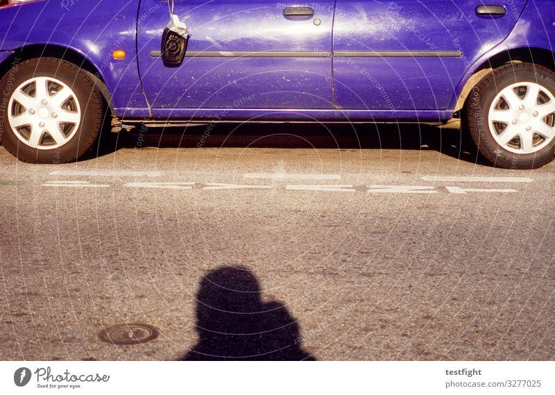blaues Auto 1 Mensch Verkehr Straße Fahrzeug PKW alt dreckig kaputt Schatten Rad Felge Rückspiegel Farbfoto Außenaufnahme Textfreiraum Mitte Licht Kontrast