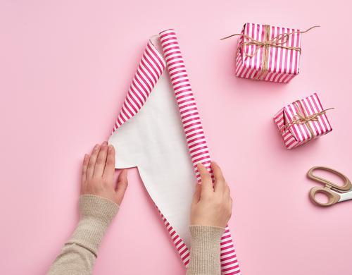 Frauenhände falten eine Rolle Geschenkpapier auf Design Winter Dekoration & Verzierung Feste & Feiern Weihnachten & Advent Silvester u. Neujahr Geburtstag Hand