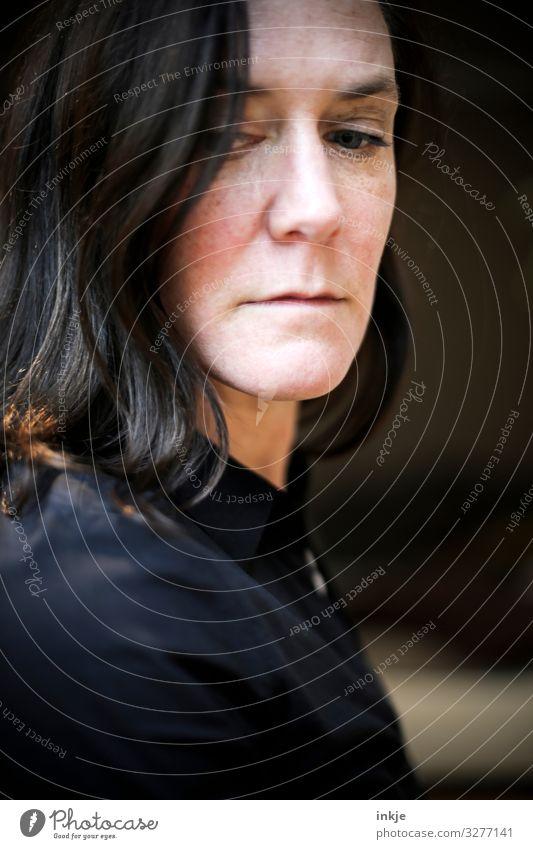 kontrastreiches Frauenportrait Innenaunahme Frabfoto Portrait Nahaufnahme Schwache Tiefenschärfe Blass Dunkelhaarig Langhaarig Natürlich Authentisch