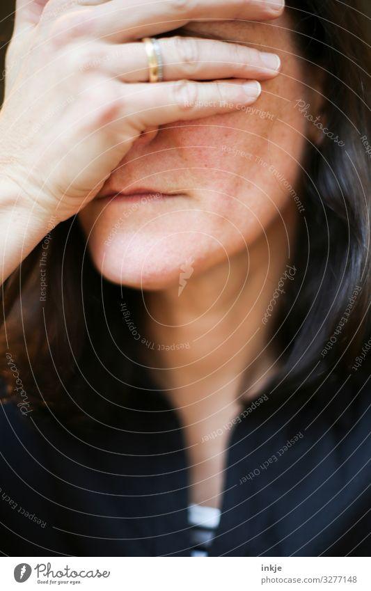 Frauengesicht mit Hand vor den Augen Nahaufnahme Portrait Gesicht Farbfoto sehen blass langhaarig Mitte vierzig Midlife Crisis Geste Mimik Körpersprache