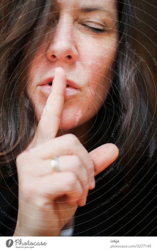 Psssst Frau portrait Frauenportrait weiblich Nahaufnahme langhaarig Erwachsene ästhetisch schlank schön authentisch Zeigefinger Lippen Mimik Geste leise zeichen