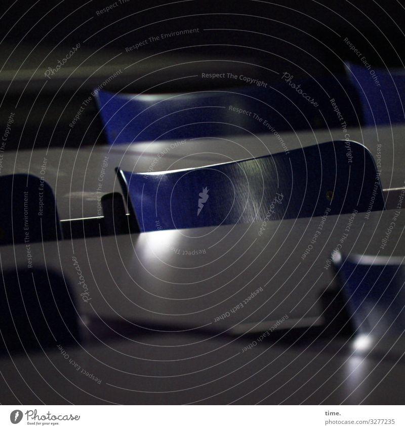 bestuhltes Gelände (IV) Stuhl Tisch Saal Mensa stehen dunkel einfach blau grau Gelassenheit geduldig ruhig Überraschung Müdigkeit Erschöpfung Partnerschaft