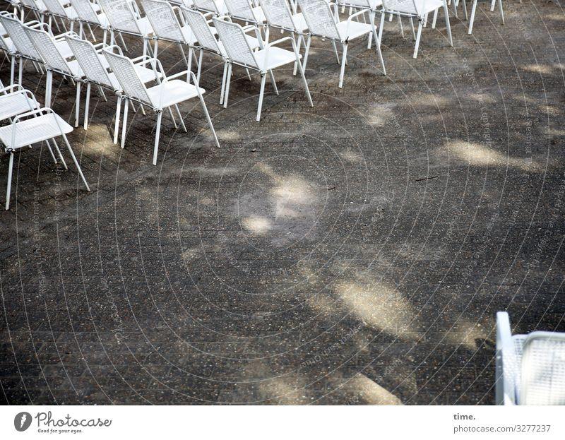 bestuhltes Gelände (II) Platz Stuhl Stuhlreihe Stuhlgruppe sitzen Zusammensein Wachsamkeit Ausdauer standhaft Ordnungsliebe Neugier Partnerschaft Erwartung