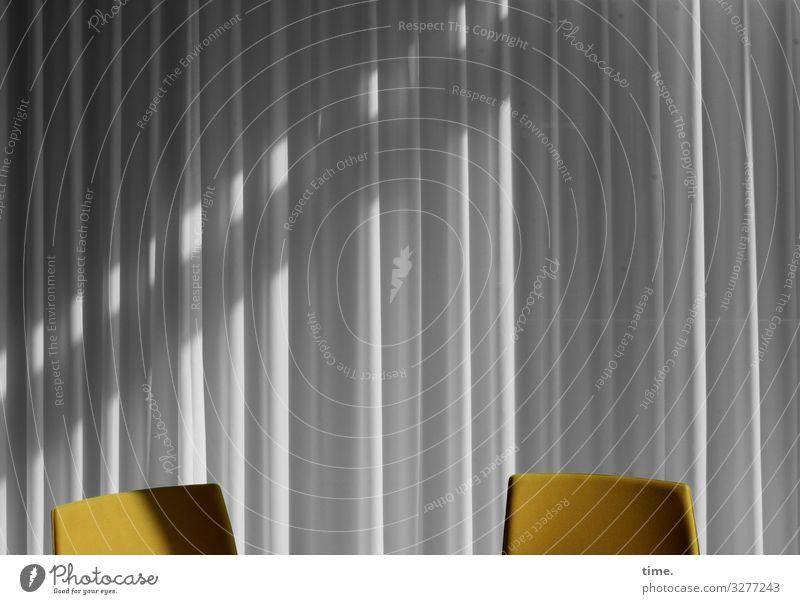 bestuhltes Gelände (6) Stuhl Raum Vorhang Gardine Seminarraum stehen warten gelb grau selbstbewußt Zusammensein Gelassenheit geduldig ruhig Neugier Interesse